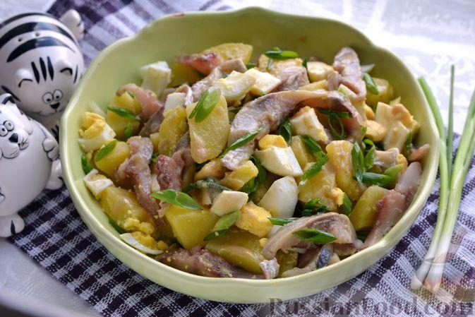 Фото приготовления рецепта: Салат с картофелем, сельдью, яйцами и горчичной заправкой - шаг №14