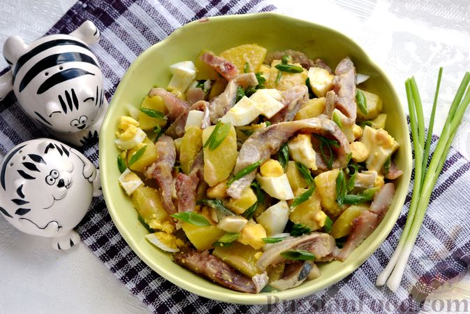 Фото приготовления рецепта: Салат с картофелем, сельдью, яйцами и горчичной заправкой - шаг №15