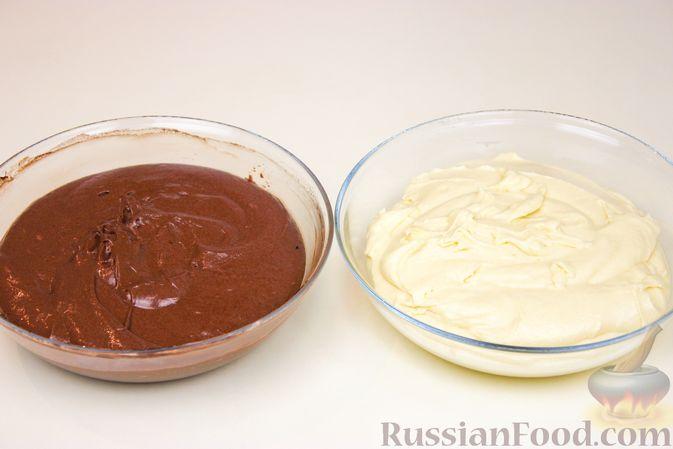 """Фото приготовления рецепта: Пирог """"Зебра"""" на молоке - шаг №6"""