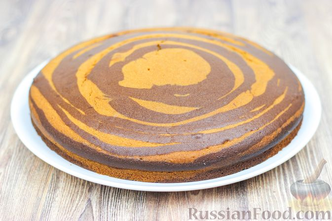 """Фото приготовления рецепта: Пирог """"Зебра"""" на молоке - шаг №8"""