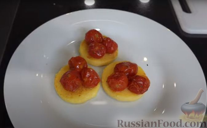 Фото приготовления рецепта: Полента с сыром, помидорами черри и зеленью - шаг №6