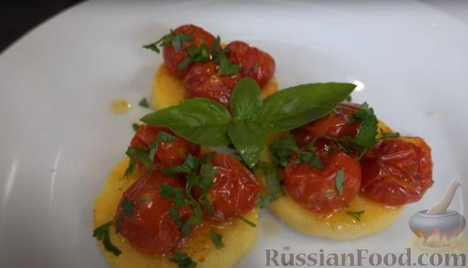 Фото приготовления рецепта: Полента с сыром, помидорами черри и зеленью - шаг №7