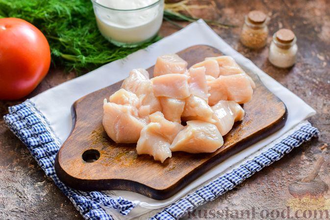 Фото приготовления рецепта: Куриный суп с корнем сельдерея, помидорами и сметаной - шаг №2