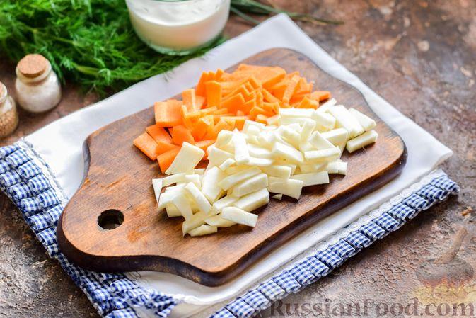 Фото приготовления рецепта: Куриный суп с корнем сельдерея, помидорами и сметаной - шаг №5