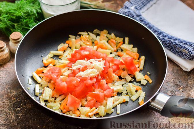 Фото приготовления рецепта: Куриный суп с корнем сельдерея, помидорами и сметаной - шаг №9