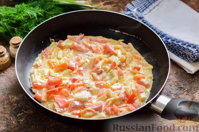 Фото приготовления рецепта: Куриный суп с корнем сельдерея, помидорами и сметаной - шаг №11