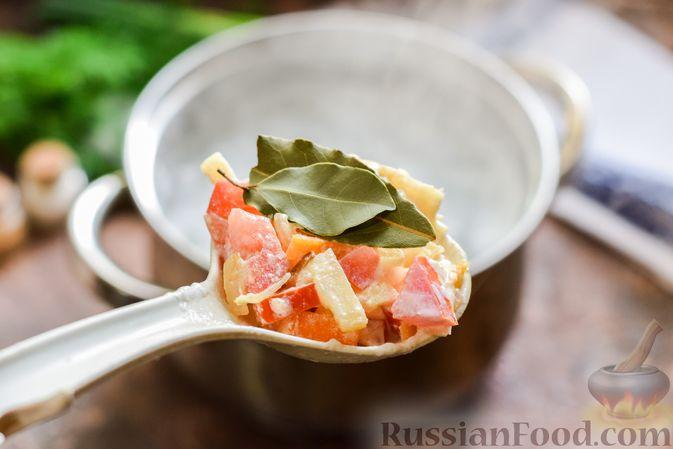 Фото приготовления рецепта: Куриный суп с корнем сельдерея, помидорами и сметаной - шаг №12