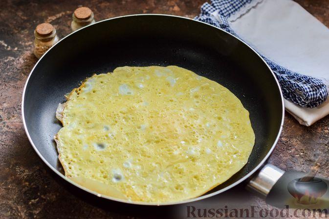 Фото приготовления рецепта: Яичные рулетики с сельдью - шаг №4