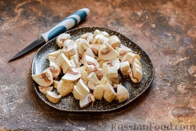 Фото приготовления рецепта: Салат из свёклы и шампиньонов - шаг №4