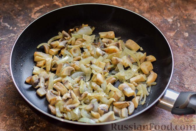 Фото приготовления рецепта: Салат из свёклы и шампиньонов - шаг №6