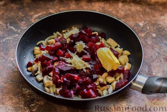 Фото приготовления рецепта: Салат из свёклы и шампиньонов - шаг №7