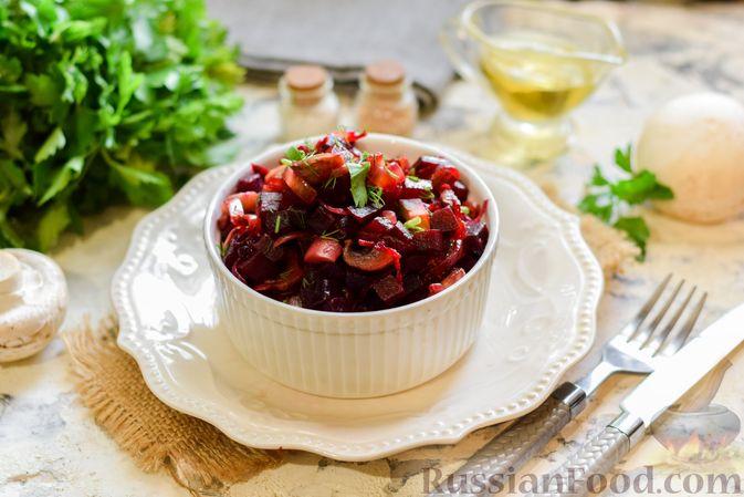 Фото приготовления рецепта: Салат из свёклы и шампиньонов - шаг №9