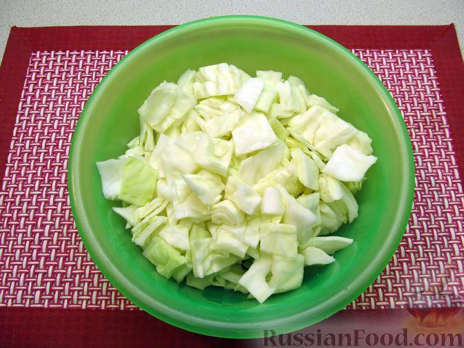 Фото приготовления рецепта: Тушёная капуста со сметанно-томатной заправкой - шаг №4
