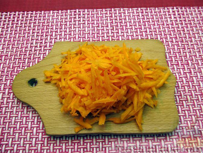 Фото приготовления рецепта: Тушёная капуста со сметанно-томатной заправкой - шаг №2