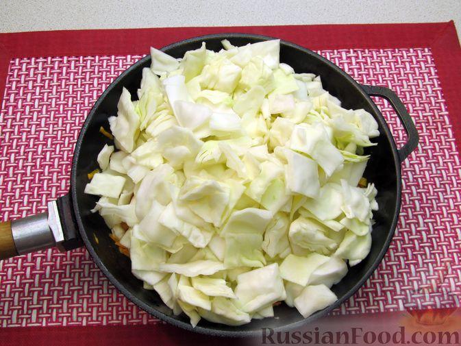 Фото приготовления рецепта: Тушёная капуста со сметанно-томатной заправкой - шаг №5