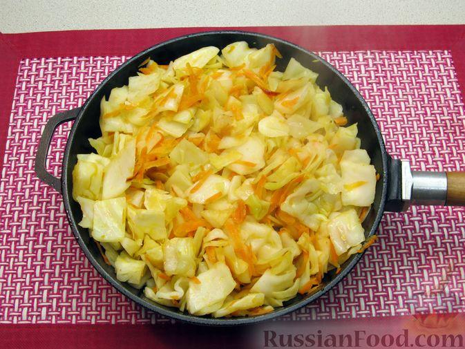 Фото приготовления рецепта: Тушёная капуста со сметанно-томатной заправкой - шаг №6