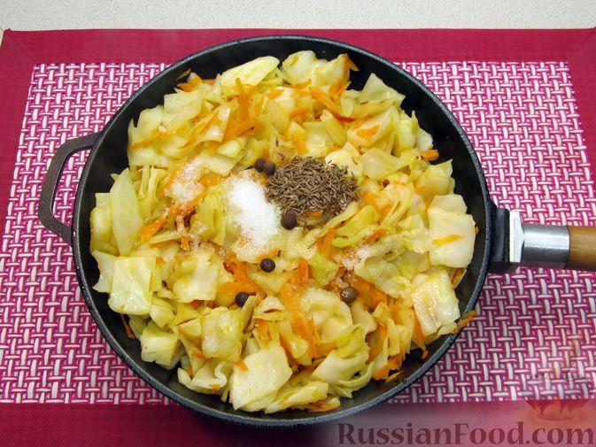 Фото приготовления рецепта: Тушёная капуста со сметанно-томатной заправкой - шаг №7