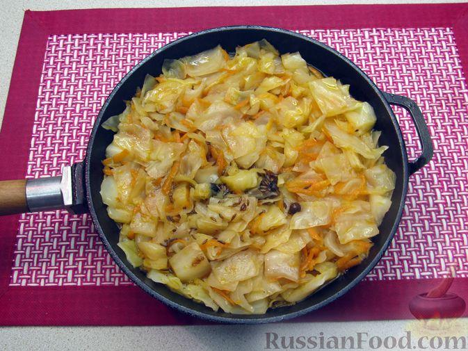 Фото приготовления рецепта: Тушёная капуста со сметанно-томатной заправкой - шаг №8