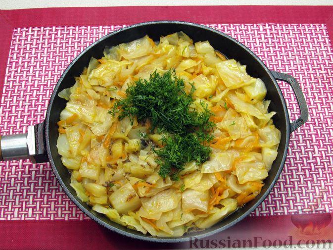 Фото приготовления рецепта: Тушёная капуста со сметанно-томатной заправкой - шаг №9