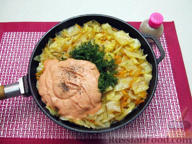 Фото приготовления рецепта: Тушёная капуста со сметанно-томатной заправкой - шаг №12