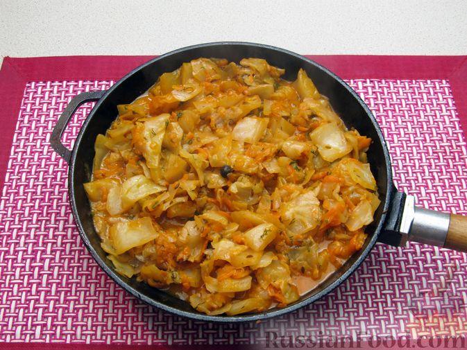 Фото приготовления рецепта: Тушёная капуста со сметанно-томатной заправкой - шаг №13