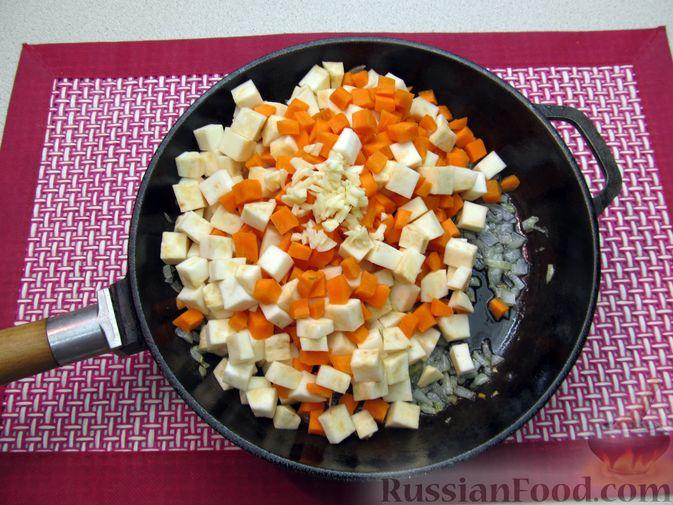 Фото приготовления рецепта: Суп с копченостями, корнем сельдерея и сметаной - шаг №6