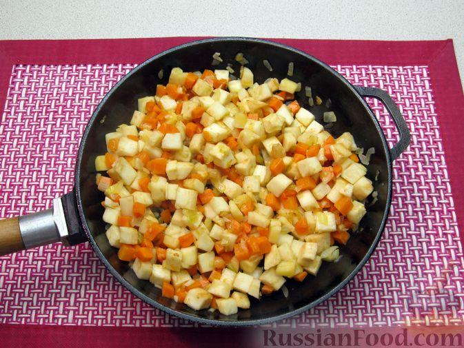 Фото приготовления рецепта: Суп с копченостями, корнем сельдерея и сметаной - шаг №7