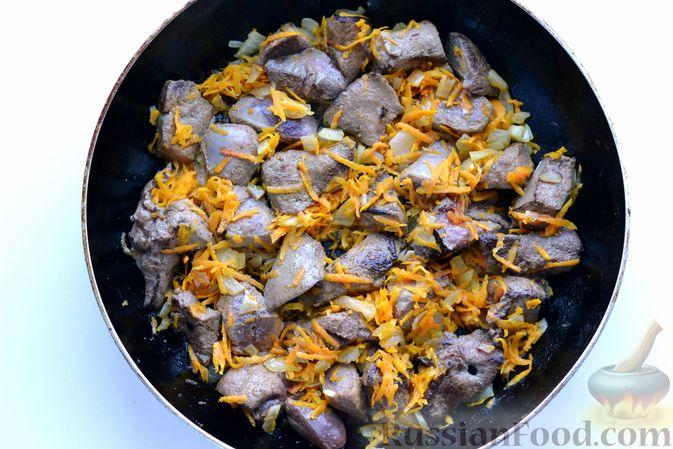 Фото приготовления рецепта: Картошка, тушенная со свиной печенью - шаг №6
