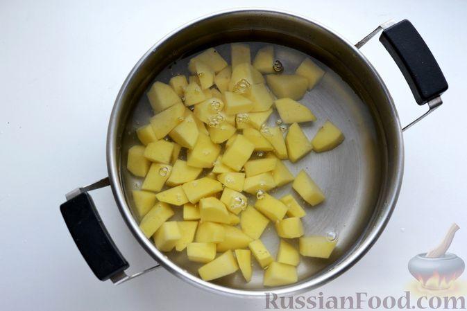 Фото приготовления рецепта: Картошка, тушенная со свиной печенью - шаг №8