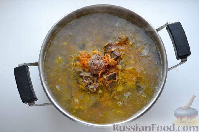 Фото приготовления рецепта: Картошка, тушенная со свиной печенью - шаг №9