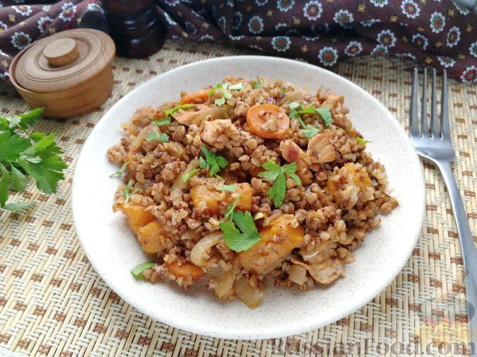 Фото к рецепту: Гречка с курицей, тыквой и морковью (на сковороде)