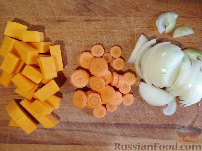 Фото приготовления рецепта: Гречка с курицей, тыквой и морковью (на сковороде) - шаг №3
