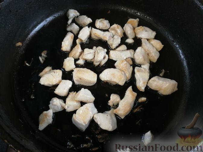 Фото приготовления рецепта: Гречка с курицей, тыквой и морковью (на сковороде) - шаг №2