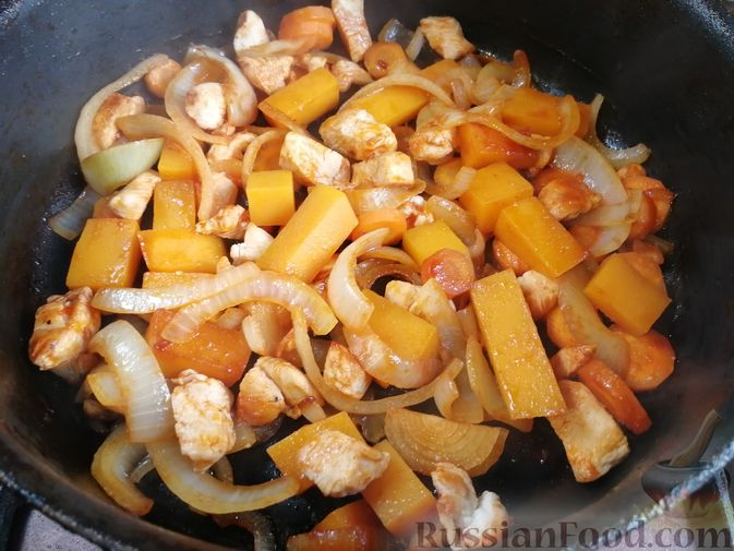 Фото приготовления рецепта: Гречка с курицей, тыквой и морковью (на сковороде) - шаг №6