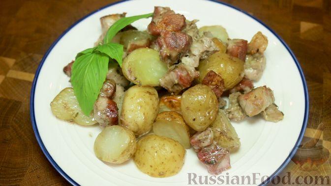 Фото приготовления рецепта: Свинина с картошкой в духовке - шаг №7