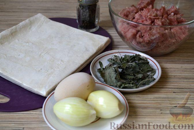 Фото приготовления рецепта: Рогалики из слоёного теста, с куриным фаршем и мятой - шаг №1
