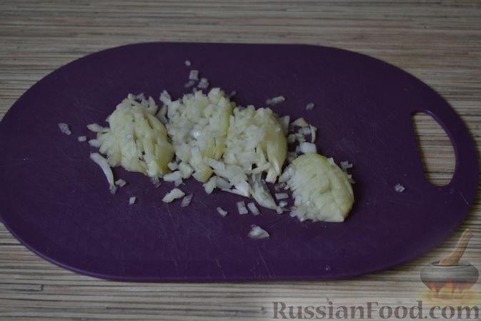 Фото приготовления рецепта: Рогалики из слоёного теста, с куриным фаршем и мятой - шаг №2