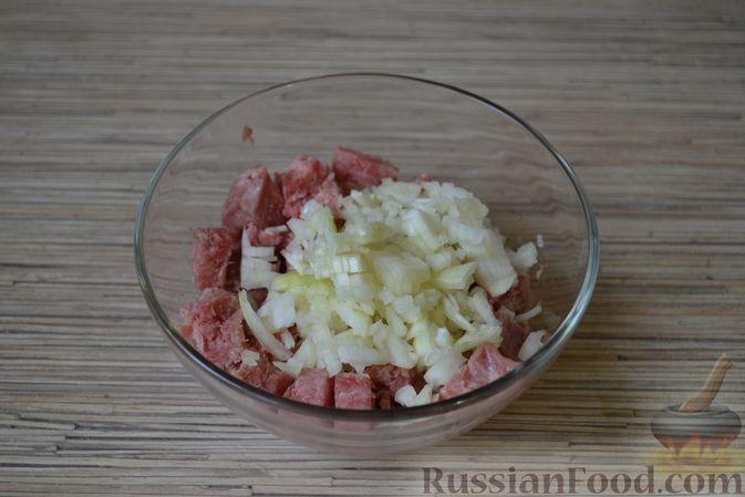 Фото приготовления рецепта: Рогалики из слоёного теста, с куриным фаршем и мятой - шаг №3