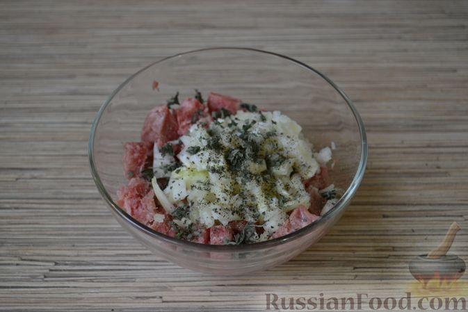 Фото приготовления рецепта: Рогалики из слоёного теста, с куриным фаршем и мятой - шаг №4