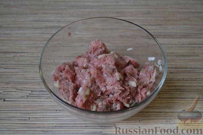 Фото приготовления рецепта: Рогалики из слоёного теста, с куриным фаршем и мятой - шаг №5
