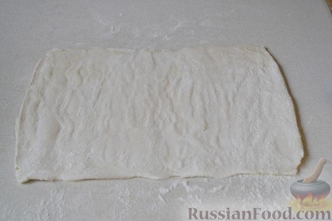 Фото приготовления рецепта: Рогалики из слоёного теста, с куриным фаршем и мятой - шаг №6