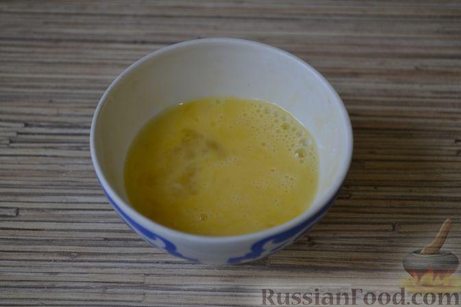 Фото приготовления рецепта: Рогалики из слоёного теста, с куриным фаршем и мятой - шаг №11