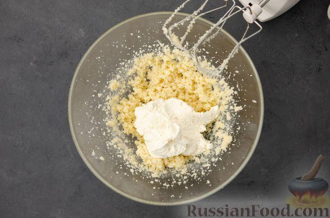 Фото приготовления рецепта: Творожный кекс с изюмом - шаг №7