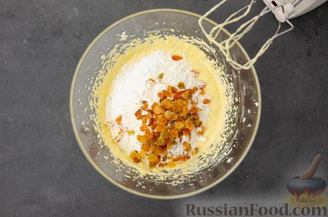 Фото приготовления рецепта: Творожный кекс с изюмом - шаг №9