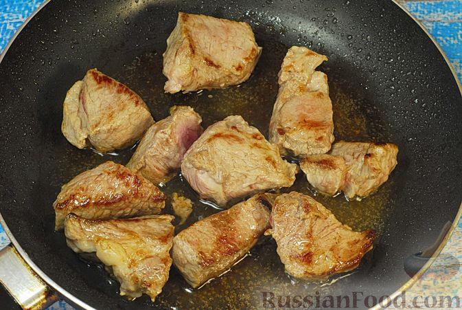 Фото приготовления рецепта: Говядина, тушенная с карамелизированным виноградом - шаг №3