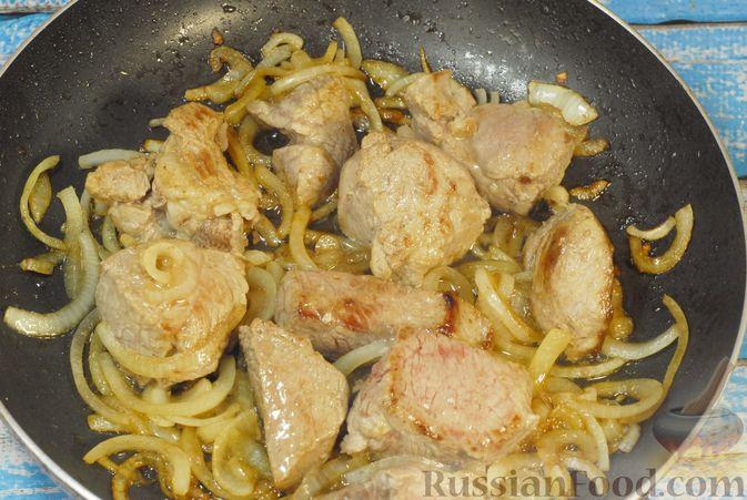 Фото приготовления рецепта: Говядина, тушенная с карамелизированным виноградом - шаг №5