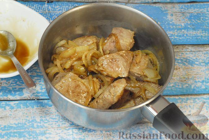 Фото приготовления рецепта: Говядина, тушенная с карамелизированным виноградом - шаг №8