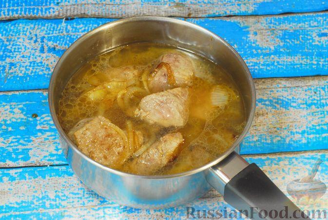 Фото приготовления рецепта: Говядина, тушенная с карамелизированным виноградом - шаг №9