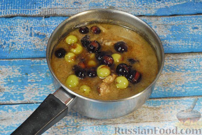Фото приготовления рецепта: Говядина, тушенная с карамелизированным виноградом - шаг №12