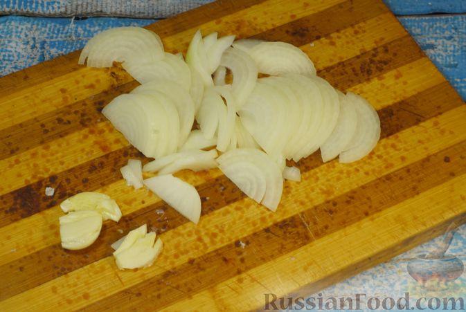 Фото приготовления рецепта: Говяжьи рёбрышки, тушенные с грибами и сметаной - шаг №3
